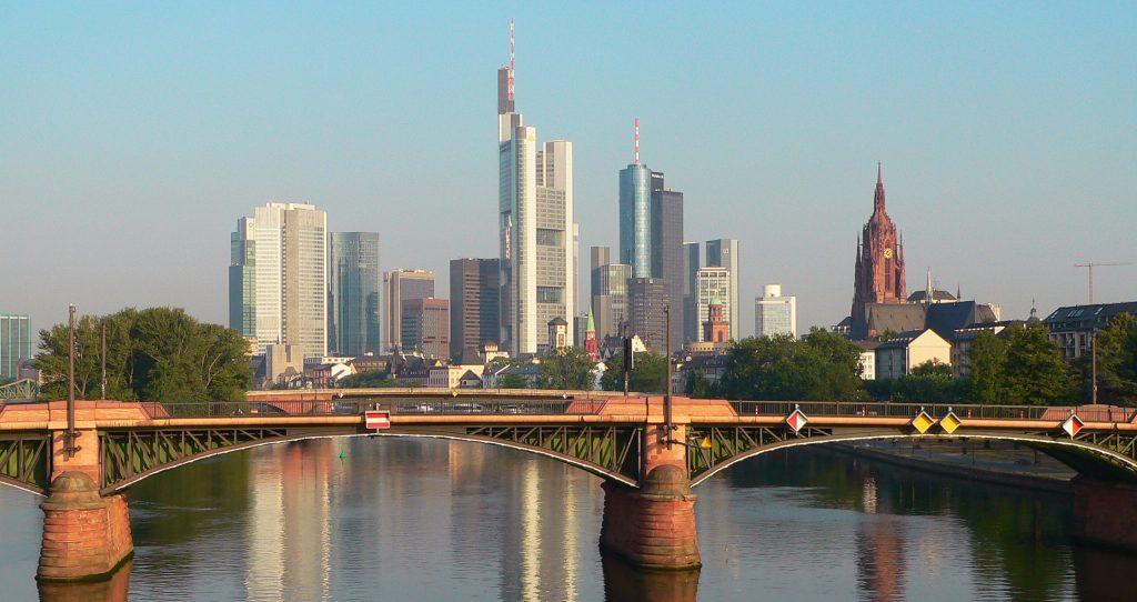 Brücke mit Skyline, ©PIA Stadt Frankfurt am Main, Foto: Tanja Schäfer